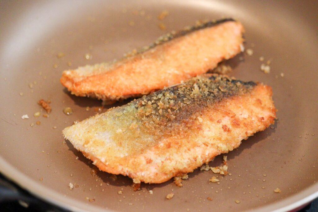 鮭 カレー粉 パン粉焼き フライパン